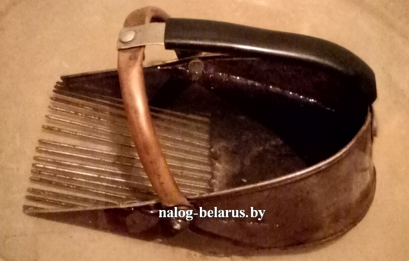 металлический комбайн для сбора черники